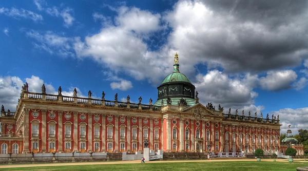 Bild des Schloss Sanssouci, als Titelbild für die Regeln zur Hundehaltung in Brandenburg