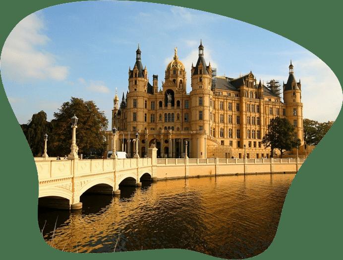 Bild vom Schweriner Schloss, als Titelbild für die Regeln zur Hundehaltung in Meckelnburg-Vorpommern