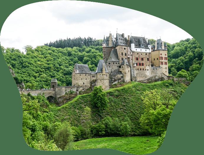 Bild der Burg Eltz, als Titelbild für die Regeln zur Hundehaltung in Rheinland-Pfalz