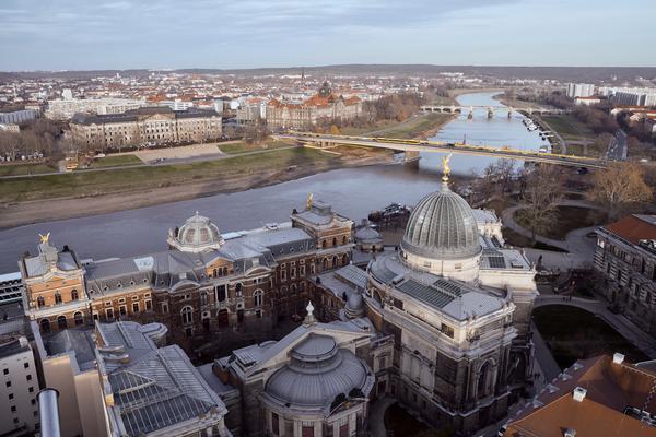 Bild von Dresden mit Blick auf die Elbe, als Titelbild für die Regeln zur Hundehaltung in Sachsen